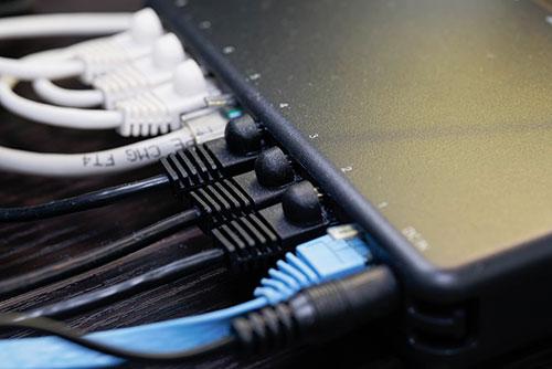 ネットを複数機器に繋ぐハブの写真
