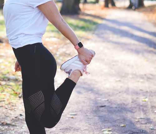 Fitbit Versa2でトレーニングしている女性の写真