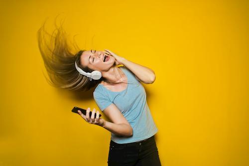 ノリノリの音楽を聞いている女性