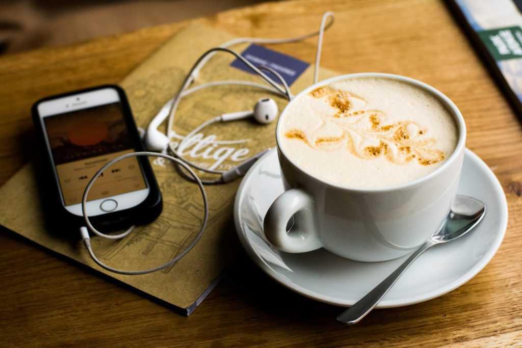 コーヒーのあるカフェで音楽をイヤホンで楽しむTOP画