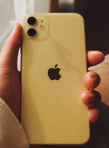 iPhone11を持っている写真