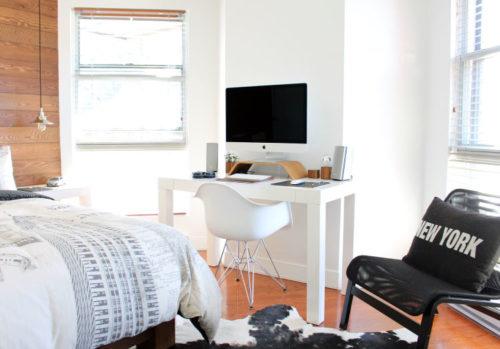 真新しい部屋にベッドとパソコンとソファが設置されている