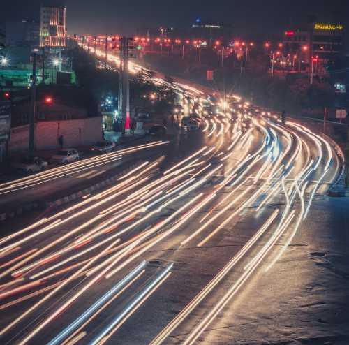 Wi-Fi6の高速の光を表した高速道路の光の線の写真