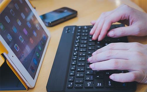 ワイヤレスキーボードを操作する画像