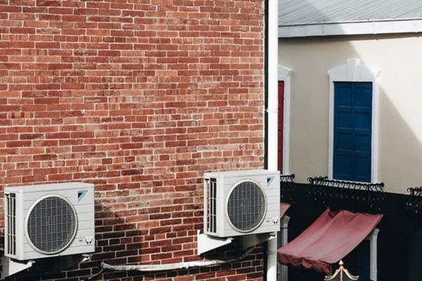 エアコンの設置スペースと配管穴