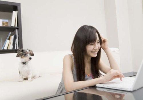 自室でインターネットを楽しむ女性