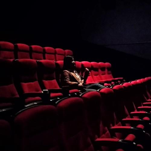映画館にひとりだけいるイメージ図