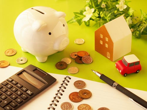 貯金箱、電卓、お金の見直しイメージ写真