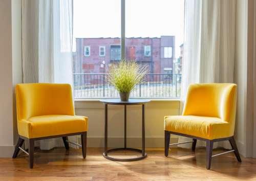 黄色いソファがある部屋の写真