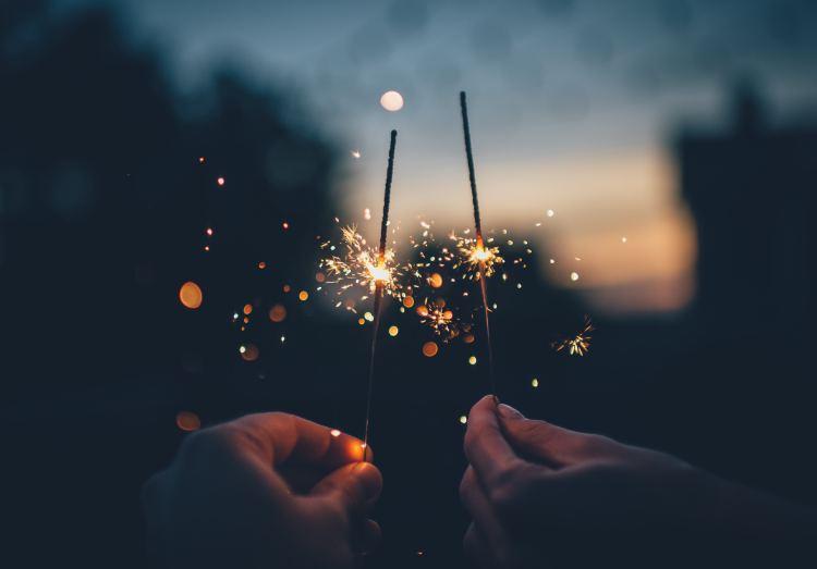 夕焼けを背景に花火を持つ写真