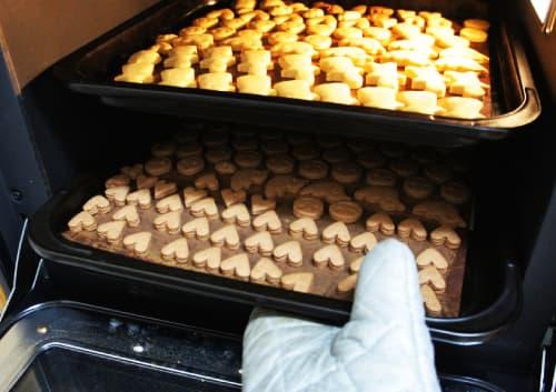 2段オーブンでクッキーを焼いている写真