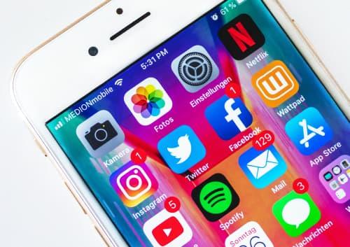 iPhoneのアプリアイコンが並んだホーム画面の写真