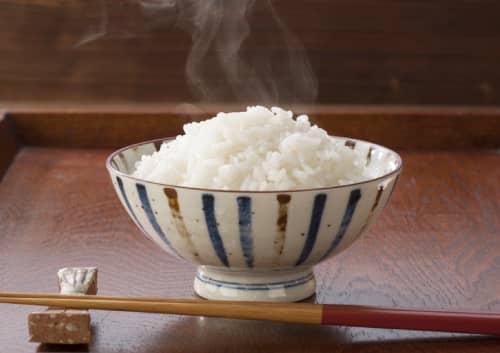 白米がよそってあるごはん茶碗の写真