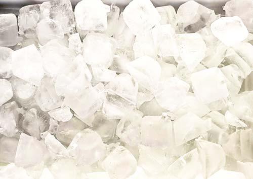 製氷機の中でたくさん製氷された氷の写真