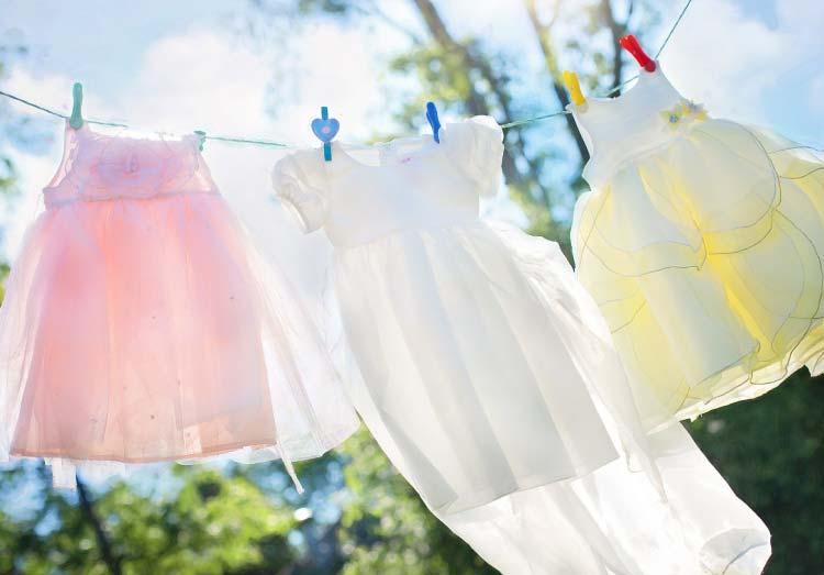晴天下に洗濯物が干されている写真