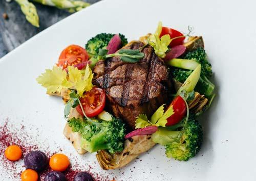 焼き目のついたステーキの写真