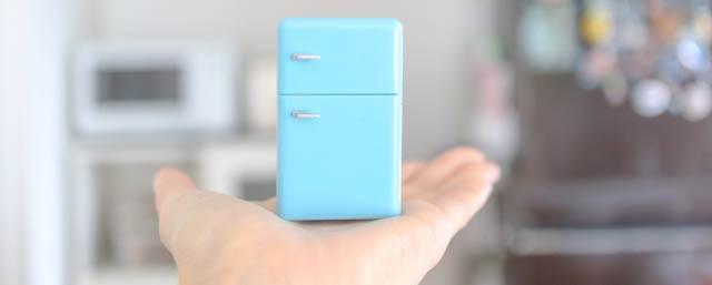 手のひらの上に冷蔵庫