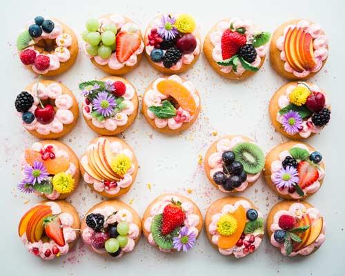 フルーツと花の乗ったドーナツの写真
