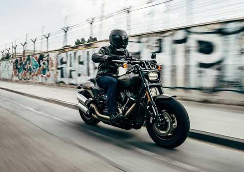 バイクに乗っている人の写真