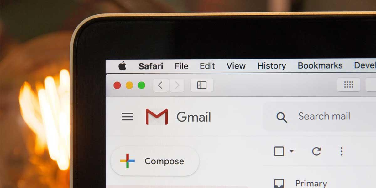 Gmailをパソコンで開いている写真
