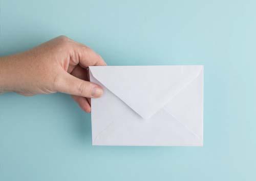 封筒を手で持っている写真