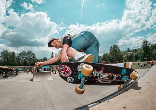 スケートボードをする男性の写真