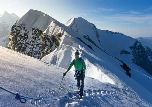 雪山を登山している写真