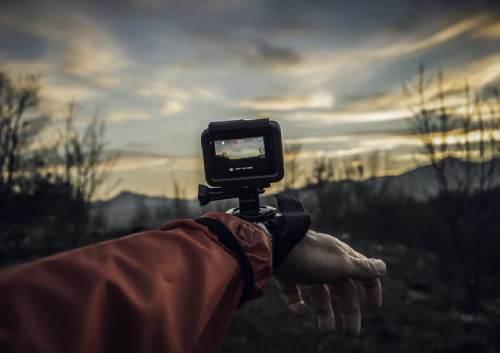アクションカメラを腕につけて撮影している様子の写真