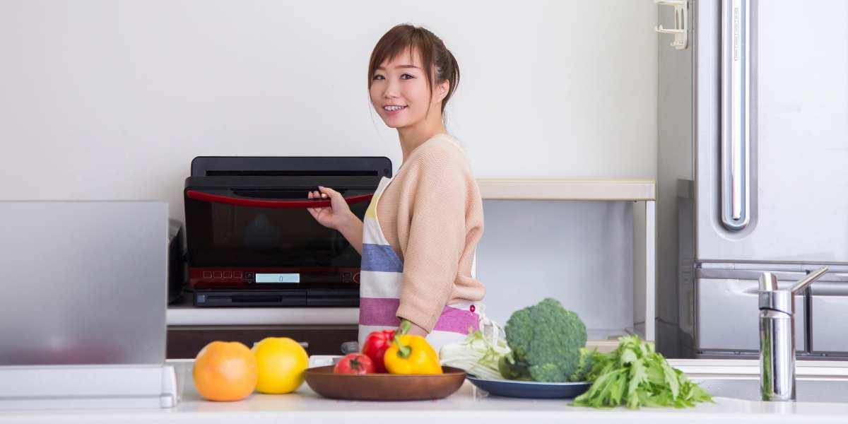 電子レンジを使う女性と食材の写真