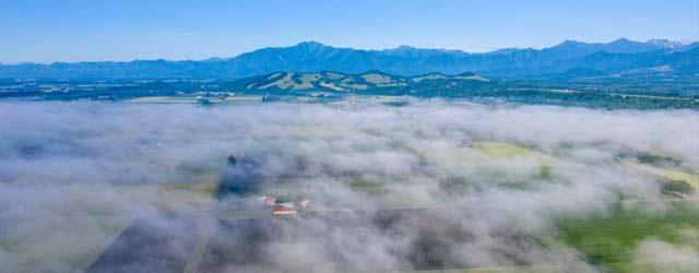 雲の上から撮影した田園