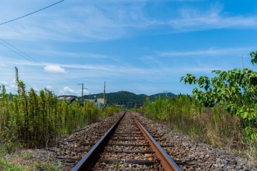 継続を示唆する線路の画像