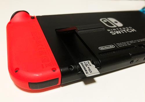Nintendo SwitchにmicroSDXCカードを挿入している写真