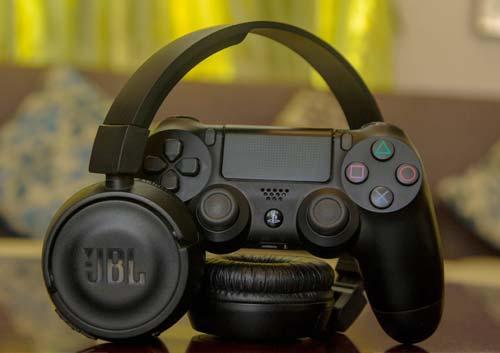 JBLのヘッドホンとプレイステーションのゲームコントローラー