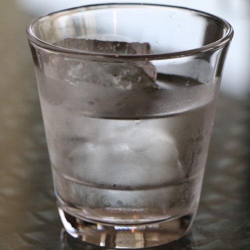 結露した水の入ったガラスコップ