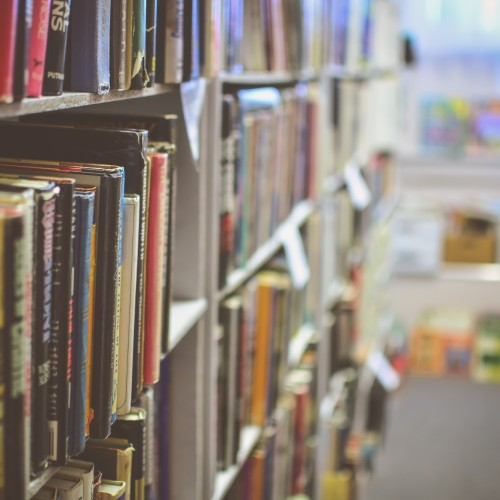 本屋の本棚のイメージ