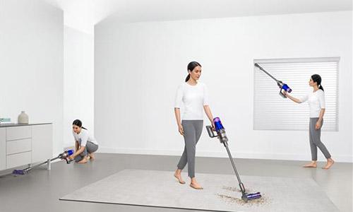 床を掃除している画像