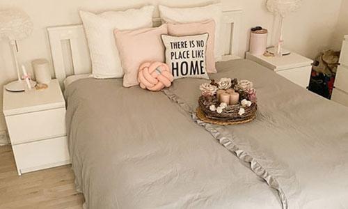 クイーンサイズのベッドのイメージ画像