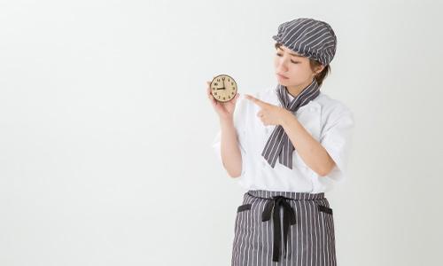 時計を指さすアルバイトのイメージ画像