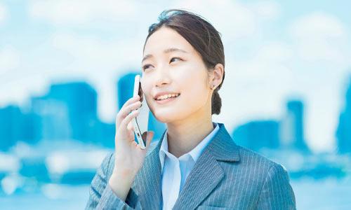 電話をしている女性のイメージ画像